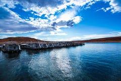 湖鲍威尔水蓝天覆盖太阳小船轮渡山自然风景旅行运输旅游业 免版税库存照片