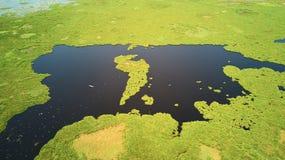 湖鸟瞰图在暹粒,柬埔寨,有渔夫小船的 免版税库存照片
