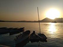 湖,小山,日落,水,小船 免版税库存照片
