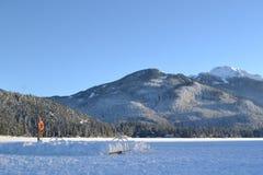 冻湖,山背景 库存图片