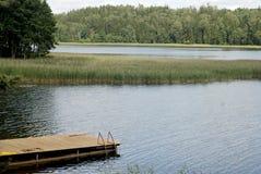 湖,森林,桥梁 免版税图库摄影