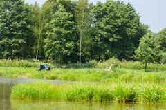 湖,钓鱼竿,森林,天空美丽的景色  免版税库存图片