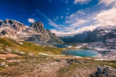 湖`在` Tre Cime di Lavaredo ` Drei Zinnen,白云岩,意大利附近的拉吉del Piani ` 免版税库存照片