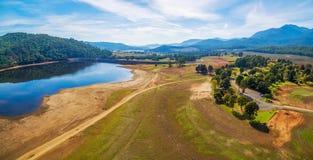 湖水牛城和周围的小山美好的空中全景  免版税库存图片