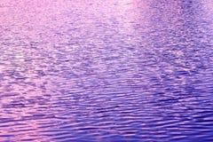湖水表面波纹蓝色和紫色 库存图片