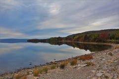 湖Ainslie在布雷顿角岛的一镇静秋天天 免版税图库摄影