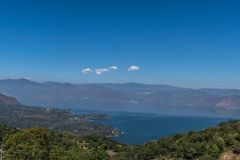 湖atitlan南视图,圣卢卡斯托利曼危地马拉 库存照片
