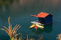 湖Atitlan和小船船坞 免版税库存照片