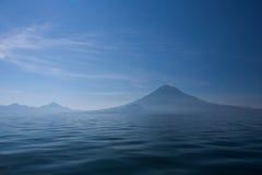 湖Atitlan和火山 图库摄影
