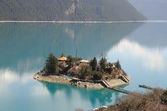 湖Basomtso在西藏 免版税库存图片