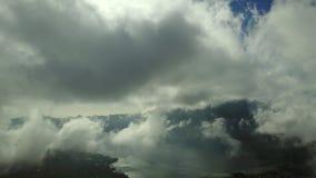 湖Batur美好的风景有蓬松云彩的 股票视频