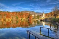 湖Bohinj和教会圣约翰浸礼会教友,斯洛文尼亚-秋天视图 免版税库存照片