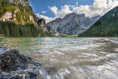 湖Braies在一个晴天夏天,白云岩,特伦托自治省,意大利 免版税图库摄影
