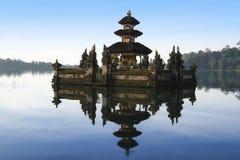 湖bratan印度寺庙巴厘岛印度尼西亚 免版税图库摄影