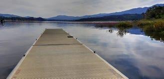 湖Cachuma显示充分的水的小船船坞在南加州 库存照片