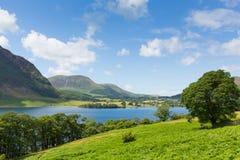 湖Crummock水Cumbria在Buttermere和Loweswater之间的西北英格兰英国 免版税库存图片