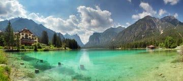 湖dobbiaco,白云岩山全景  库存图片