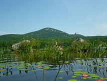 从湖Durant的蓝色山 库存照片