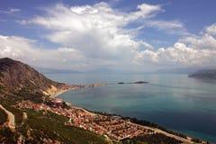 湖Egirdir海岸线,伊斯帕尔塔,土耳其鸟瞰图  免版税图库摄影
