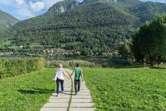 湖ENDINE,伦巴第意大利- 9月19日:在步行ar的夫妇 库存照片