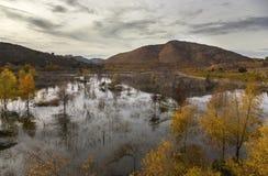 湖Hodges和在跨境15向内地北部圣地亚哥县附近的伯纳多山 免版税库存图片