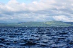 湖Itkul,车里雅宾斯克oblast,俄罗斯 在好天气地方美好,并且水是非常干净,但是寒冷 免版税库存图片