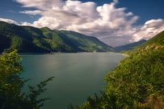 湖jinvali在乔治亚,高加索 夏季 库存图片
