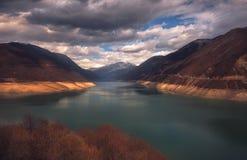 湖jinvali在乔治亚,高加索 秋天秋天森林路径季节 免版税库存照片