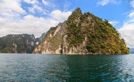湖Khao Sok岩石 库存照片