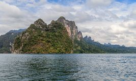 湖Khao Sok岩石 库存图片