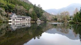 湖Kinrinko和大厦 图库摄影
