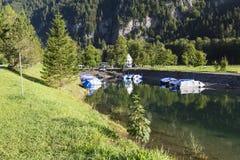 湖Klontalersee 在码头的小船 夏天瑞士 免版税图库摄影