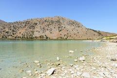 湖Kournas。克利特。希腊 免版税库存照片