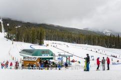 湖Luoise天空手段的滑雪者 库存照片