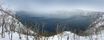 湖Mashu, endorheic火山口湖在一座潜在地活火山,阿寒国立公园火山,北海道, Ja的破火山口形成了 库存照片