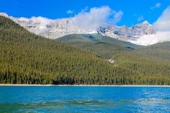 湖minnewanka国家公园,亚伯大,加拿大 免版税图库摄影
