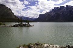 湖Minnewanka海岛 图库摄影