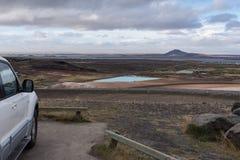 湖Myvatn从观点,包括的汽车 免版税库存照片