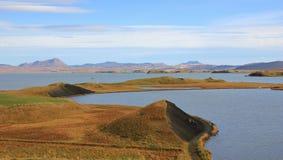 湖Myvatn和火山的风景 晚夏天在冰岛 免版税库存照片