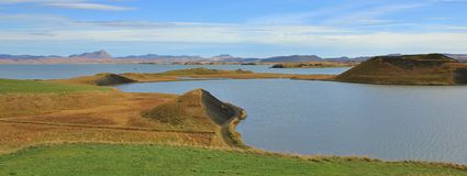 湖Myvatn在一个晴朗的夏日 火山冰岛的横向 免版税库存图片