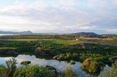 湖Myvatn, Icel看法有各种各样的火山岩形成的 库存图片