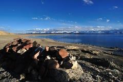 湖namtso祷告向西藏人扔石头 免版税图库摄影