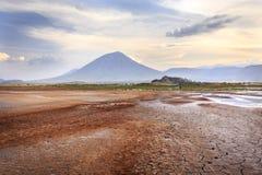 从湖natron视图的伦盖火山火山 库存图片