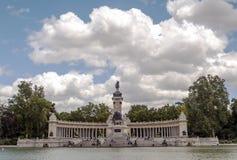湖Parque del retiro在马德里 免版税图库摄影