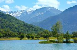 湖Passy和勃朗峰山断层块夏天视图。 免版税库存照片