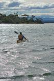湖pedder,塔斯马尼亚岛3月07日:划皮船在湖佩德在Tasma 图库摄影