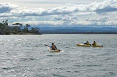 湖pedder,塔斯马尼亚岛3月07日:划皮船在湖佩德在Tasma 库存照片