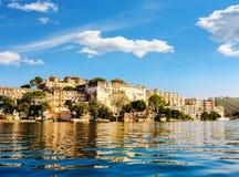 湖Pichola和城市宫殿在乌代浦。印度。 免版税图库摄影
