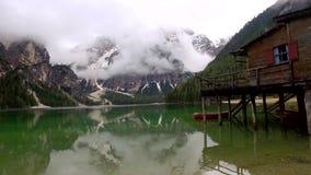 湖Pragser Wildsee和迷雾山脉在阿尔卑斯,意大利 股票录像