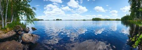 湖Rutajarvi夏天全景(芬兰) 免版税库存图片